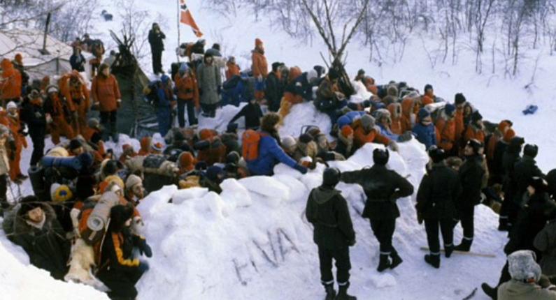Campamento de protesta contra cielo abierto de hierro en Suecia
